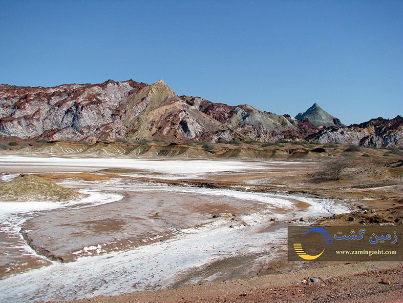 دشت نمکی حاصل از رسوب املاح نمکی که توسط آبراهه ها از گنبد نمکی به دشت آورده شده و رسوب کرده اند.