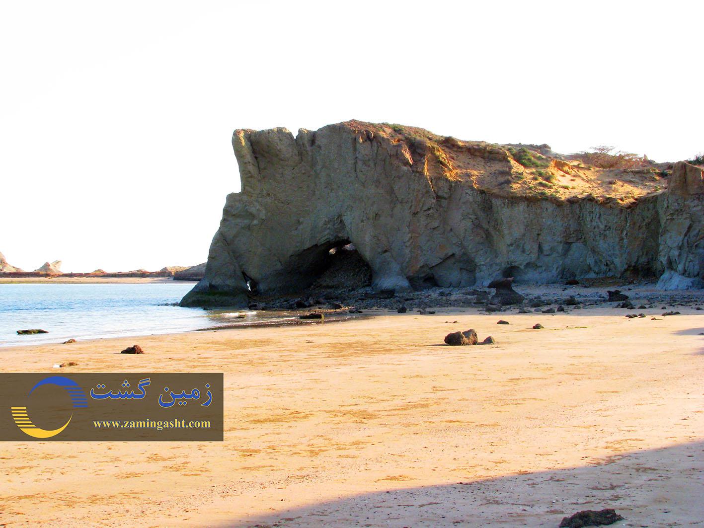 طاق های حاصل از فرسایش آبی دریابارها که به غارهای آبی مشهورند.
