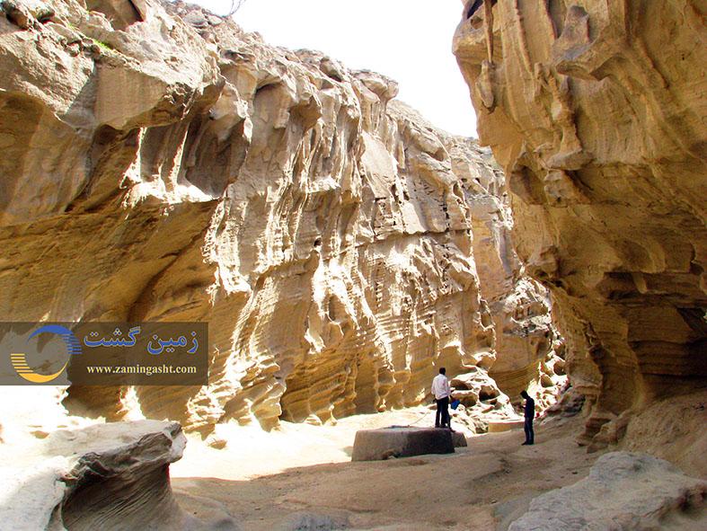 چاه های حفر شده در بستر تنگه برای جمع آوری آب باران که در سنگ های نفوذ ناپذیر حفر شده اند.